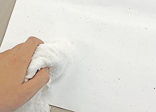 タオルを濡らしてよく絞ります。
